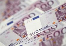 Банкноты достоинством 500 евро в банке в Сеуле 18 июня 2012 года. Евро во вторник держится недалеко от месячного максимума благодаря надеждам на то, что Европейский центробанк вскоре примет меры для снижения доходности облигаций Испании и Италии. REUTERS/Lee Jae-Won