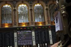 Электронное табло в зале биржи Мадрида, 6 августа 2012 г. Европейские акции подросли на волатильных торгах вторника, но рост ограничен из-за проблем банковского сектора на фоне нового скандала с участием британского банка Standard Chartered. REUTERS/Susana Vera