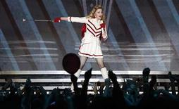 <p>La cantante Madonna durante un concierto de su gira MDNA en el estadio olímpico de Moscú, ago 7 2012. La cantante de pop Madonna se puso el pasamontañas de la marca comercial utilizada por la banda de punk Pussy Riot durante un concierto en Moscú, a fin de pedir a Rusia que ponga en libertad a sus tres miembros en un juicio por irrumpir en una iglesia ortodoxa rusa y protestar contra Vladimir Putin. REUTERS/Maxim Shemetov</p>