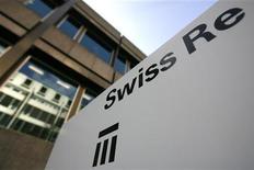 Логотип Swiss Re у штаб-квартиры компании в Цюрихе 5 февраля 2009 года. Прибыль Swiss Re во втором квартале превысила прогнозы благодаря хорошей доходности инвестиций и отсутствию претензий, связанных с крупными стихийными бедствиями. REUTERS/Christian Hartmann