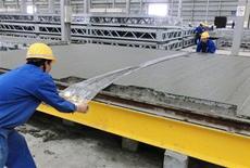 Рабочие ровняют бетон на месте строительства кафе в китайском городе Юэян в провинции Хунань, 24 апреля 2012 года. Рост промышленного производства Китая замедлился в июле 2012 года до минимального значения более чем за три года, не оправдав рыночных ожиданий и укрепив надежды на новые антикризисные меры Пекина. REUTERS/Terril Yue Jones