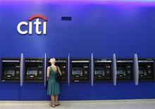 Женщина пользуется банкоматом Citi в отделении банка в Нью-Йорке 12 августа 2009 года. Россияне потратят за рубежом 1,5 триллиона рублей в этом году - на 19 процентов больше, чем в прошлом, и за пределы РФ уйдет пятая часть их платежей по кредитным картам, почти половина которых придется на интернет-покупки, говорится в исследовании Ситибанка. REUTERS/Lucas Jackson