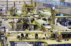 Самолеты Bombardier q400 в процессе сборки на заводе в Торонто, 25 ноября 2010 года. Канадская компания Bombardier Inc, один из мировых лидеров в строительстве самолетов и поездов, уменьшила квартальные прибыль и выручку из-за завершения крупных проектов на европейском и азиатско-тихоокеанском рынках, тогда как выполнение новых заказов находится пока в начальной стадии. REUTERS/Mark Blinch