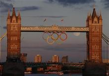 Олимпийские кольца на Тауэрском мосту в Лондоне, 7 августа 2012 г. На Олимпийских играх в Лондоне в пятницу будут разыграны 17 комплектов наград, а также бронзовая медаль в мужском футбольном турнире. Ниже представлено расписание медальных дисциплин. REUTERS/Luke MacGregor