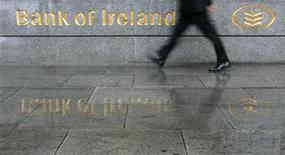 <p>Bank of Ireland a vu son résultat opérationnel ajusté chuter de 65% au premier semestre, la baisse des taux d'intérêt mettant ses marges sous pression et augmentant ses arriérées hypothécaires. /Photo d'archives/REUTERS/Luke MacGregor</p>