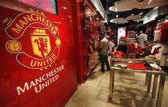 """Фанаты """"Манчестер Юнайтед"""" из Таиланда в сувенирном магазине в Бангкоке, 18 августа 2011 г. Английский футбольный клуб """"Манчестер Юнайтед"""" провел первичное размещение акций в Нью-Йорке в четверг, получив меньше средств, чем ожидалось. REUTERS/Chaiwat Subprasom"""