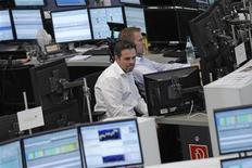 Трейдеры работают в зале Франкфуртской фондовой биржи, 9 августа 2012 г. Европейские рынки акций закрылись снижением на торгах пятницы, прервав двухнедельное ралли, на фоне слабых китайских данных по экспорту и кредитованию, тем не менее снижение индекса волатильности региона до минимума трех недель говорит о том, что аппетит к риску у инвесторов растет. REUTERS/Alex Domanski