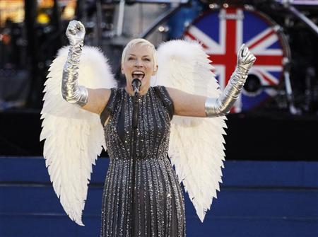 Singer Annie Lennox performs during the Diamond Jubilee concert in front of Buckingham Palace in London June 4, 2012. REUTERS/David Moir