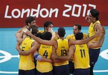 Brasileiros comemoram vitória na semifinal do vôlei sobre a Itália nos Jogos de Londres. REUTERS/Olivia Harris