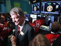 <p>Le directeur général de Manchester United, David Gill, au New York Stock Exchange. L'action du club de football anglais n'a quasiment pas bougé vendredi, à l'occasion de son premier jour de cotation à Wall Street, terminant la séance à 14 dollars, exactement son cours d'introduction. /Photo prise le 10 août 2012/REUTERS/Brendan McDermid</p>