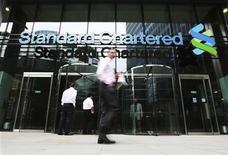 <p>Selon des sources proches du dossier, la banque britannique Standard Chartered est entrée en négociations avec le régulateur new-yorkais en vue de mettre fin à l'amiable à une procédure qui risque de lui faire perdre sa licence bancaire outre-Atlantique en raison de soupçons de transactions dissimulées avec l'Iran. /Photo prise le 7 août 2012/REUTERS/Olivia Harris</p>