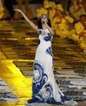 Cantora Marisa Monte se apresenta na cerimônia de encerramento dos Jogos de Londres 2012, em um cenário que representa o calçadão da praia do Rio de Janeiro, sede das Olimpíadas em 2016. 12/8/2012. REUTERS/Stefan Wermuth