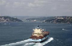 Нефтяной танкер проходит через Босфор 20 июля 2012 года. Нефть Brent превысила $114 за баррель в понедельник на фоне опасений о срыве поставок, так как комментарии Израиля, касающиеся ядерной программы Ирана, увеличили напряжение в регионе. REUTERS/Osman Orsal