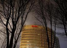 Штаб-квартира E.ON в Эссене, 17 декабря 2011 года. Чистая прибыль крупнейшей немецкой энергетической компании E.ON AG более чем утроилась в первом полугодии 2012 года за счет договоренностей о цене на газ с российским Газпромом, а также отсутствия списаний в связи с отказом ФРГ от атомной энергии. REUTERS/Ina Fassbender