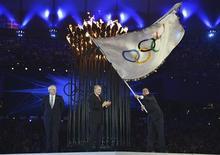Prefeito do Rio de Janeiro, Eduardo Paes, segura bandeira olímpica após recebê-la do presidente do COI, Jacques Rogge (C), e do prefeito de Londres, Boris Johson, durante cerimônia de encerramento dos Jogos Olímpicos de Londres, no estádio Olímpico. 12/08/2012 REUTERS/Jeff J Mitchell/Pool