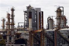 НПЗ Mobil Oil в Мельбурне, 8 марта 2011 года. Нефть Brent подешевела, но держится выше $113 за баррель во вторник, так как напряжение на Ближнем Востоке поддерживает цены. REUTERS/Mick Tsikas