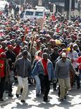 """Рабочие на забастовке в Йоханнесбурге 4 июля 2011 года. Южноафриканская """"дочка"""" российского сталелитейного гиганта Евраза возобновила производство после длившейся почти месяц забастовки местного профсоюза, сообщила компания в среду. REUTERS/Siphiwe Sibeko"""
