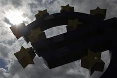 Фигура в виде символа евро у здания ЕЦБ во Франкфурте-на-Майне, 2 августа 2012 года. Евро колеблется на торгах вторника, снизившись на фоне слабых данных ВВП еврозоны и промпроизводства Германии, но отыграв потери в ходе торговой сессии. REUTERS/Alex Domanski