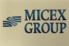 Логотип группы ММВБ в Москве 1 июня 2012 года. Российские фондовые индексы начали торги среды со снижения, корректируясь после предыдущего роста. REUTERS/Sergei Karpukhin