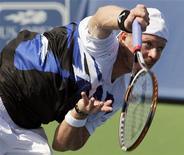 Александр Богомолов выполняет подачу во время игры против британца Энди Маррея на турнире в Цинциннати, 18 августа 2011 года. Российский теннисист Александр Богомолов вышел во второй круг турнира Cincinnati Masters, проходящего в США. REUTERS/John Sommers II