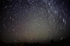 Звездное небо над Амманом 18 ноября 2009 года. Известный американский фантаст Гарри Гаррисон умер в возрасте 87 лет, говорится в сообщении на официальном сайте писателя (www.harryharrison.com). REUTERS/Ali Jarekji