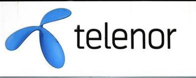 Логотип Telenor у магазина компании в Стокгольме 26 октября 2007 года. Норвежская Telenor воспользуется опционом на покупку 3,5 процента акций сотового оператора Вымпелком у Weather Investments египетского магната Нагиба Савириса за $113,6 миллиона, сообщила Telenor в четверг. REUTERS/Bob Strong