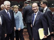 Итальянский премьер Марио Монти, канцлер Германии Ангела Меркель, презизент Франции Франсуа Олланд и премьер-министр Финлядии Юрки Катайнен (слева направо) на неформальном саммите лидеров ЕС в Брюсселе, 23 мая 2012 года. После краткого летнего перерыва лидеры еврозоны соберутся вместе для раунда челночной дипломатии в преддверии, возможно, самого тяжёлого месяца кризиса, продолжающегося уже два с половиной года. REUTERS/Francois Lenoir