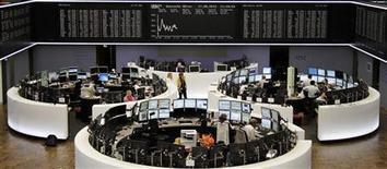 Помещение Франкфуртской фондовой биржи, 17 августа 2012 года. Европейские рынки акций открыли торги снижением. REUTERS/Remote/Amanda Andersen
