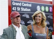"""Cineasta Tony Scott e sua esposa Donna vão à estreia do filme """"O Sequestro do Metrô 1 2 3"""" no cinema de Mann Village, em Los Angeles, em junho de 2009. Diretor de sucessos de Hollywood como """"Top Gun"""" e """"Maré Vermelha"""" morreu no domingo ao pular de uma ponte no porto de Los Angeles. 12/06/2009 REUTERS/Mario Anzuoni"""