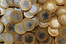 Imagem ilustrativa de moedas de um real tirada no Rio de Janeiro, em outubro de 2010. O mercado voltou a elevar a projeção para a inflação neste ano, para 5,15 por cento, ante 5,11 na semana anterior, reduzindo mais vez a perspectiva para o crescimento do Produto Interno Bruto (PIB) em 2012. 15/10/2010 REUTERS/Bruno Domingos