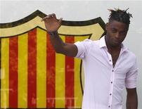 O novo jogador do Barcelona Alex Song gesticula para fotógrafos após assinar um contrato de cinco anos no estádio de Nou Camp em Barcelona, na Espanha. 20/08/2012 REUTERS/Gustau Nacarino