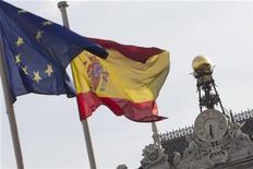 <p>L'Espagne a adjugé mardi 4,51 milliards d'euros de bons à 12 et 18 mois avec des rendements en nette baisse par rapport à la précédente opération. /Photo d'archives/REUTERS/Juan Medina</p>