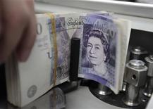 <p>Les finances publiques britanniques ont enregistré en juillet un déficit surprise de 557 millions de livres (soit 706,4 millions d'euros) contre un excédent de 2,8 milliards de livres en juillet 2011. /Photo d'archives/REUTERS/Sukree Sukplang</p>