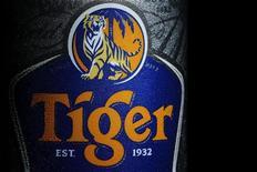 <p>Selon plusieurs sources, le fonds souverain de Singapour Temasek a vendu sa participation d'environ 1,4% dans le brasseur de la bière Tiger Asia Pacific Breweries (APB) à Heineken, ce qui pourrait assurer le succès de l'offre de rachat formulée par le groupe néerlandais, contestée par un concurrent thaïlandais. /Photo prise le 20 juillet 2012/REUTERS/Tim Chong</p>