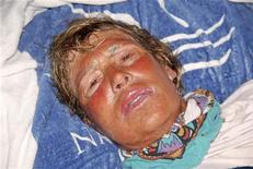 Nadadora de longa distância norte-americana Diana Nyad descansa depois de ser retirada da água no trajeto entre Cuba e Florida Keys. 21/08/2012 REUTERS/Christi Barli/The Florida keys News Bureau/Divulgação
