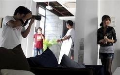 Model Li Qiqi poses during a photo shoot for a Taobao store in Hangzhou, Zhejiang province August 14, 2012. REUTERS/Lang Lang