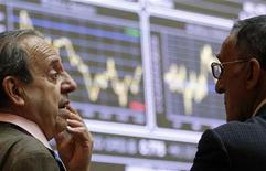 Трейдеры разговаривают у электронных табло на Мадридской фондовой бирже, 8 июня 2012 года. Европейские фондовые рынки снижаются во главе с циклическими акциями после публикации слабых показателей японского экспорта. REUTERS/Andrea Comas