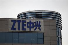 <p>ZTE, le numéro quatre mondial des téléphones portables et numéro cinq des équipements de réseaux, a vu son bénéfice trimestriel chuter de 85% sur un an, plombé par la stagnation des ventes d'équipements et par la concurrence effrénée dans les téléphones. /Photo prise le 17 avril 2012/REUTERS/Tyrone Siu</p>