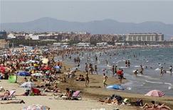 <p>La plage de Malvarrosa à Valence, en Espagne. Un nombre record de 7,7 millions de touristes étrangers ont visité l'Espagne en juillet, dont beaucoup de Français et d'Allemands venus profiter des promotions sur les séjours balnéaires, un signe encourageant pour une économie espagnole en récession. /Photo prise le 20 juillet 2012/REUTERS/Heino Kalis</p>