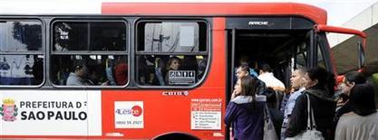 Pessoas tentam entrar em ônibus lotado, em São Paulo. Índice Nacional de Preços ao Consumidor Amplo-15 (IPCA-15) acelerou o passo em agosto, ao subir 0,39 por cento ante alta de 0,33 por cento em julho, e o principal vilão neste mês foi o grupo Transportes. 23/05/2012 REUTERS/Junior Lago