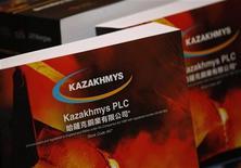 Брошюры, подготовленные для SPO Казахмыса, на пресс-конференции в Гонконге, 28 июня 2011 года. Крупнейший производитель меди в Казахстане Казахмыс в первой половине 2012 года снизил доходы от реализации и базовую прибыль на фоне низких цен на металлы, сообщила компания в четверг. REUTERS/Bobby Yip