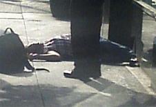 Тело человека на тротуаре у здания Эмпайр-стейт-билдинг в Нью-Йорке 24 августа 2012 года. Два человека погибли и по меньшей мере восемь получили ранения в стрельбы у здания Эмпайр-стейт-билдинг в Нью-Йорке, сообщил источник в полиции. REUTERS/James Bolden