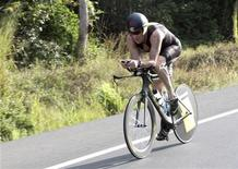 Ciclista Lance Armstrong é visto nesta foto de fevereiro de 2012 durante o triatlo 70.3 Ironman na cidade do Panamá. A Agência Antidoping dos Estados Unidos disse nesta sexta-feira que retirou os sete títulos do Tour de France conquistados por Armstrong e o baniu do esporte pelo resto da vida, desmantelando uma das maiores carreiras do ciclismo mundial. 12/02/2012 REUTERS/Alberto Muschette
