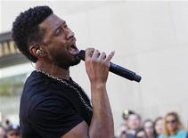 """O cantor Usher se apresenta no programa """"Today"""", da rede NBC, em Nova York, nos Estados Unidos, em maio. 18/05/2012 REUTERS/Brendan McDermid"""