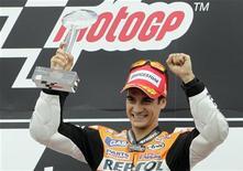 O espanhol Dani Pedrosa, da Honda, comemora sua vitória no Grande Prêmio da República Tcheca neste domingo. 26/08/2012 REUTERS/David W Cerny