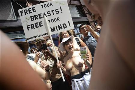 8月26日、米ニューヨーク市の公園で約20人の女性が上半身裸になり、トップレスの男女格差を訴えた(2012年 ロイター/Keith Bedford)