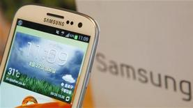 Телефон Galaxy S III компании Samsung Electronics в магазине в Сеуле 27 августа 2012 года. Акции Samsung Electronics упали на 7 процентов в понедельник, снизив капитализацию фирмы на $12 миллиардов, после того, как Apple Inc одержала решительную победу над южнокорейским производителем электроники в ходе тяжбы в американском суде. REUTERS/Lee Jae-Won