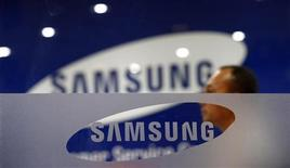 Cliente da Samsung aguarda atendimento no centro de serviços em Kuala Lumpur. A Samsung Electronics fechou em queda de 7,45 por cento e perdeu 12 bilhões de dólares em valor de mercado, após a vitória judicial da Apple em uma disputa sobre patentes ter levantado temores sobre o negócio de smartphones da companhia sul-coreana. 25/08/2012 REUTERS/Bazuki Muhammad