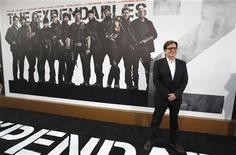 """Режиссер фильма """"Неудержимые-2"""" Саймон Уэст на премьере картины в Голливуде, 15 августа 2012 г. Боевик """"Неудержимые-2"""" сохранил лидерство в прокате Северной Америке второй уикенд подряд в США и Канаде, заработав за минувшие выходные $13,5 миллиона. REUTERS/Mario Anzuoni"""