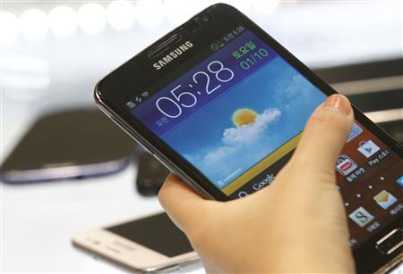 A customer tries the Samsung Galaxy Note smartphone at a store in Seoul August 26, 2012. REUTERS/Lee Jae-Won